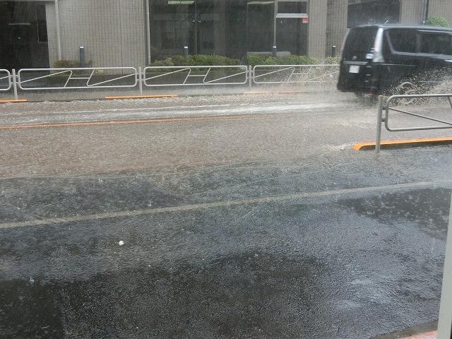 突然の豪雨で店の前が川に… スゴ~( ゚Д゚) ゆうてる間に~~